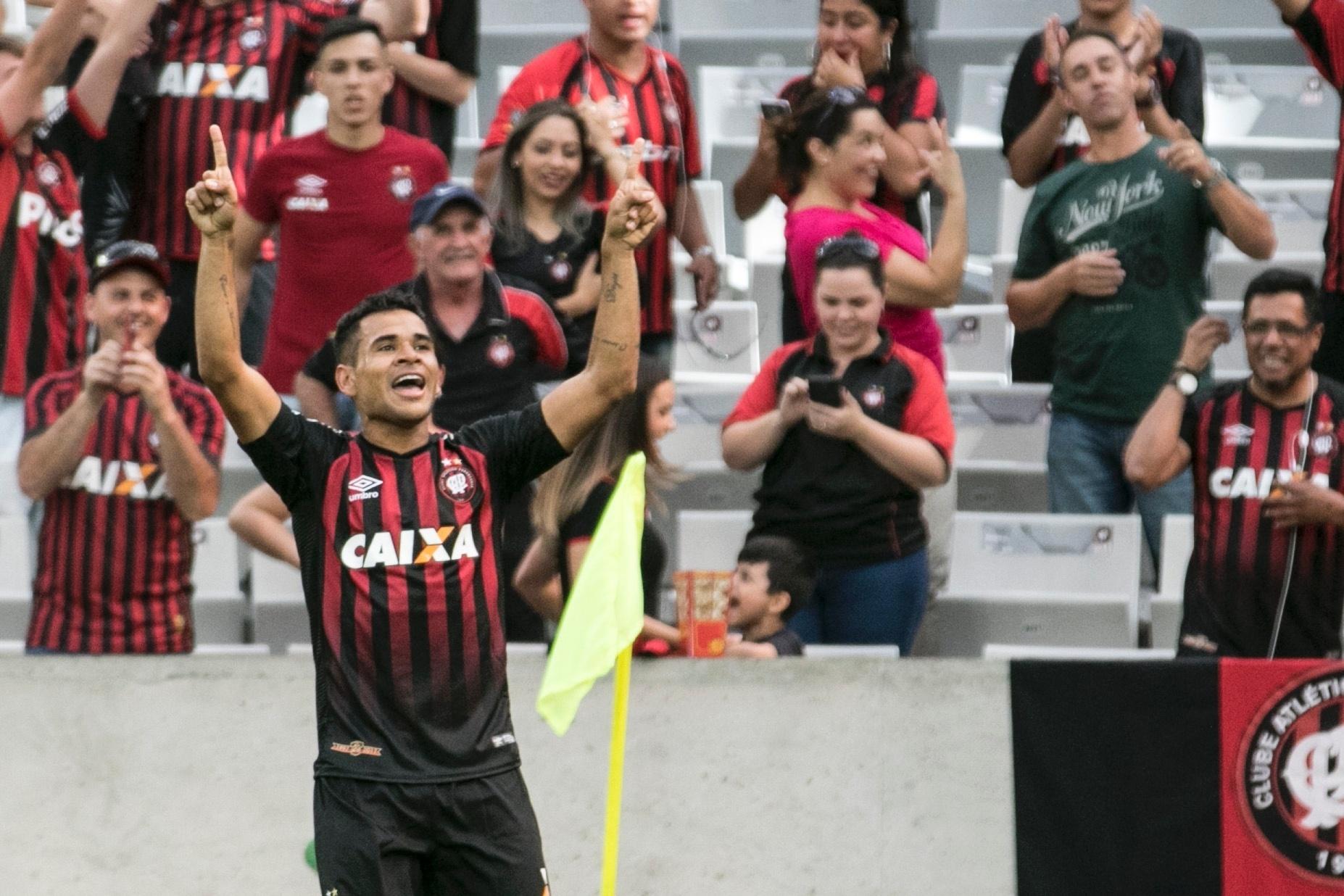 Ederson comemora o segundo gol do Atlético-PR contra o Palmeiras