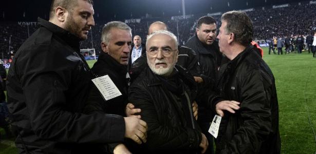 Presidente do PAOK, Ivan Savvidis é contido após entrar armado em campo na Grécia