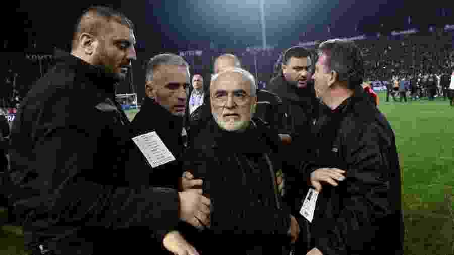 Presidente do PAOK, Ivan Savvidis é contido após entrar armado em campo na Grécia - AFP