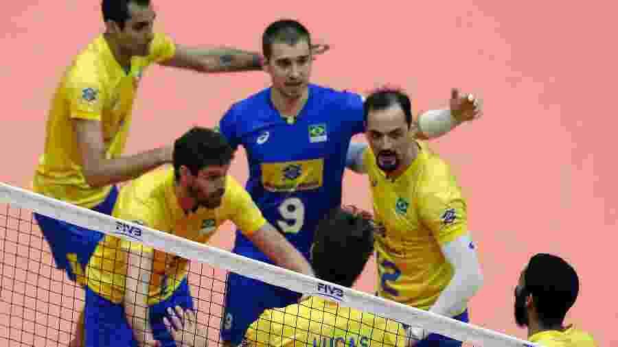 Jogadores da seleção brasileira de vôlei comemoram ponto conquistado contra a China - Divulgação/FIVB