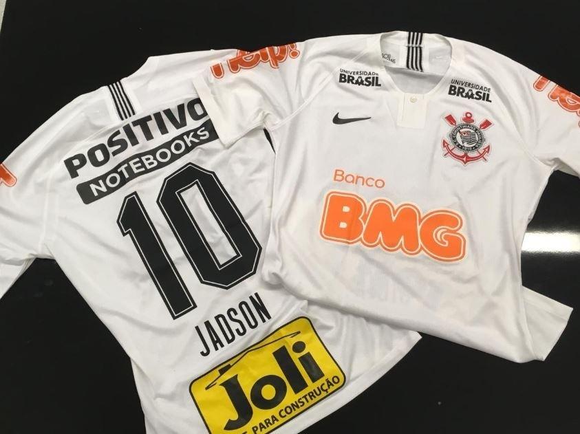 Corinthians estreia uniforme com três novas marcas na camisa  veja - 20 01  2019 - UOL Esporte 8103554b63c96