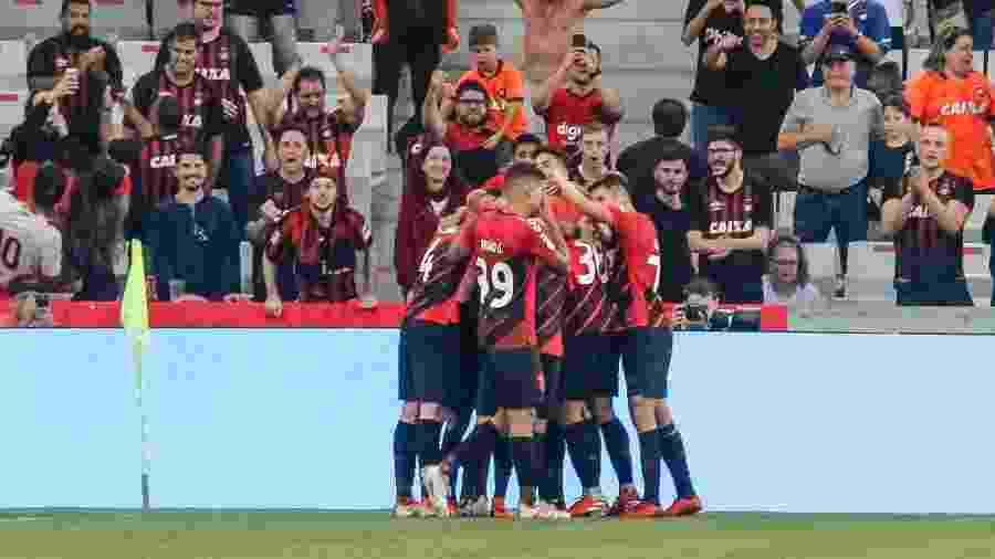 Jogadores do Athletico comemoram gol de Vitinho sobre o Internacional - Gabriel Machado/AGIF