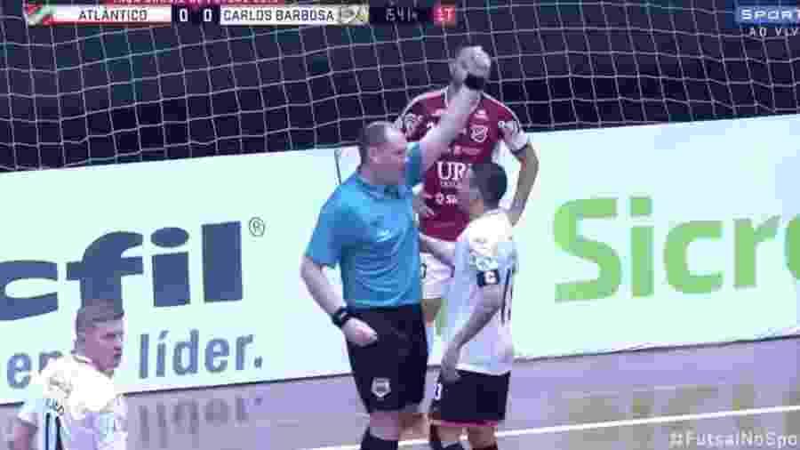 Árbitro mostra cartão invisível em jogo de futsal  - Reprodução