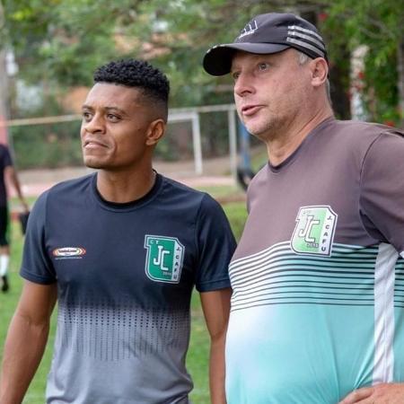 Jura (dir.), ex-São Paulo, ao lado do irmão de Jonathan Cafu - Divulgação/Centro de Treinamento Jonathan Cafu