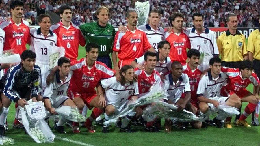 """Jogadores americanos e iranianos posam juntos para foto antes do """"jogo da paz"""" no Mundial de 1998 - Juca Varella/Folha Imagem"""
