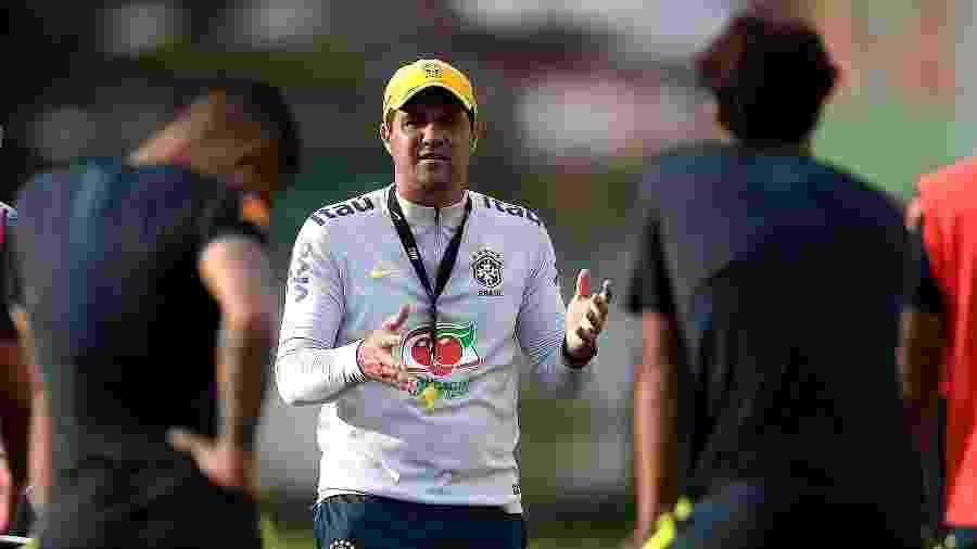 André Jardine, técnico da seleção brasileira sub-23, convive com jogadores no mercado da bola - Lucas Figueiredo/CBF