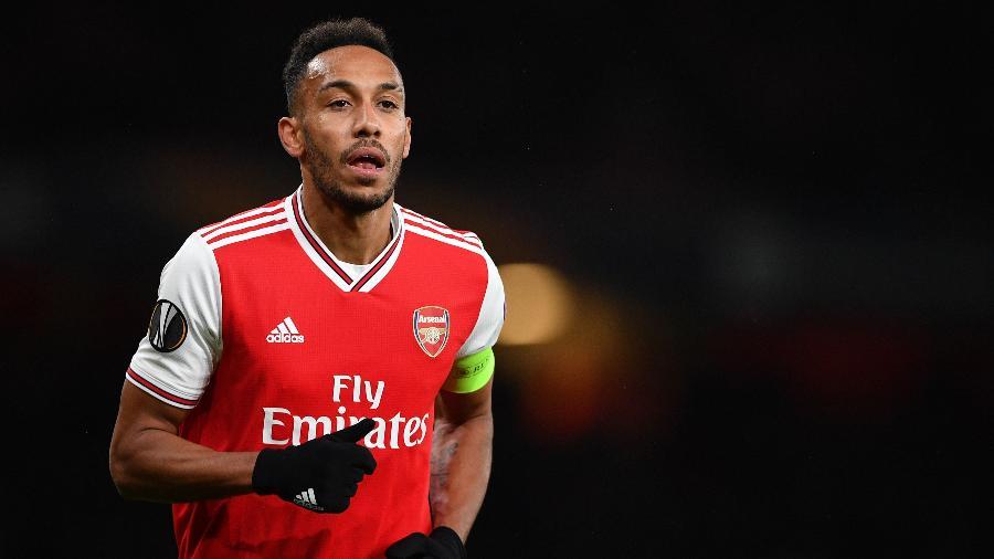 Aubameyang com a camisa do Arsenal. Jogador negocia renovação de contrato - DANIEL LEAL-OLIVAS / AFP