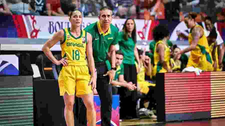 Débora e José Neto, durante a partida entre Brasil e Austrália - Divulgação/FIBA