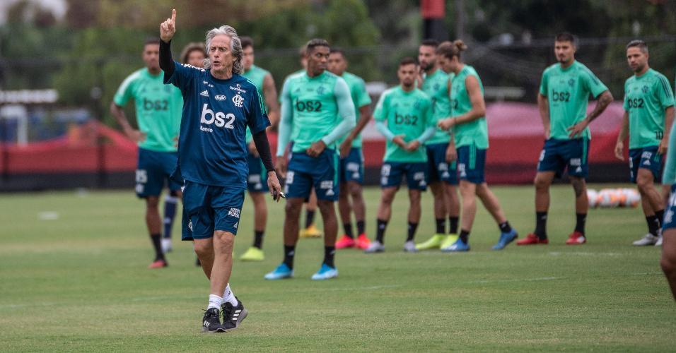 Jorge Jesus dá orientação no treino do Flamengo