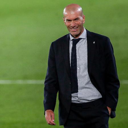 Zinedine Zidane sorri durante partida do Real Madrid - David S. Bustamante/Soccrates/Getty Images
