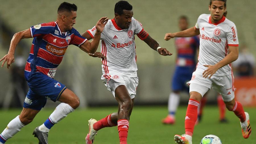 Edenilson em ação pelo Inter durante jogo contra o Fortaleza - Ricardo Duarte/SC Internacional
