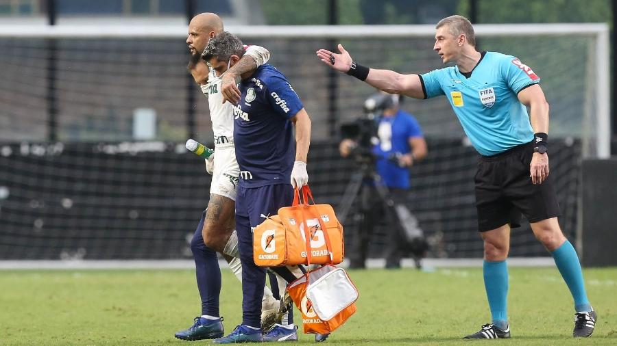 Felipe Melo sai carregado após se lesionar na partida entre Vasco e Palmeiras - Cesar Greco