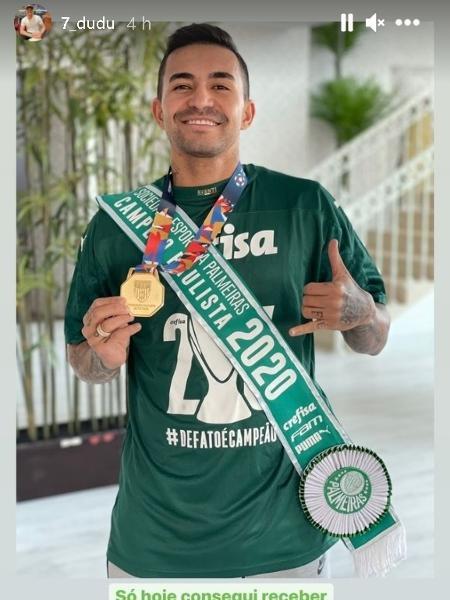 Dudu recebe a medalha e a faixa de campeão paulista pelo Palmeiras, outro título conquistado à distância na temporada - Divulgação