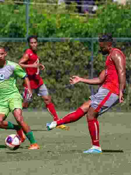 Zagueiro Wanderson é um dos jogadores desempregados que mantém a forma no sindicato - Divulgação/Saferj - Divulgação/Saferj