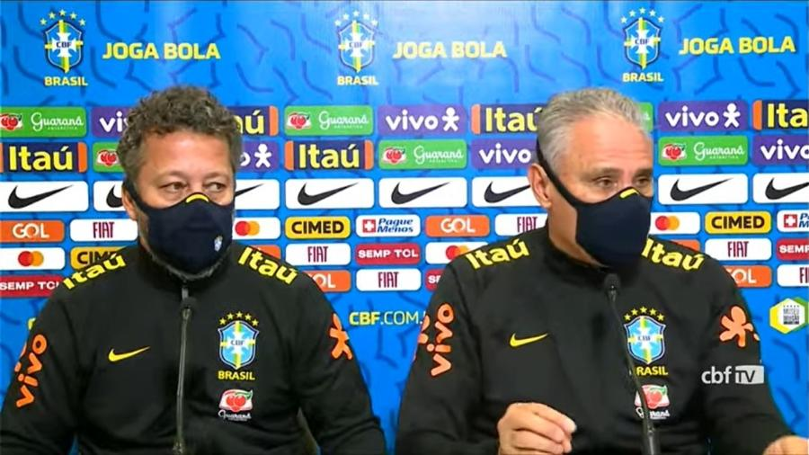 Cleber Xavier e Tite durante entrevista coletiva da seleção brasileira, hoje (16), na Granja Comary - Reprodução/CBF TV