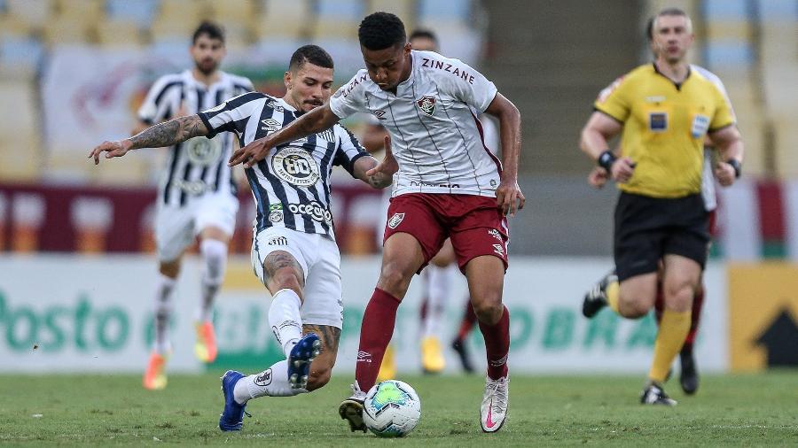 Marcos Paulo, do Fluminense, disputa bola com Alison, do Santos, em duelo no Maracanã, pelo Brasileiro 2020 - LUCAS MERÇON / FLUMINENSE F.C.