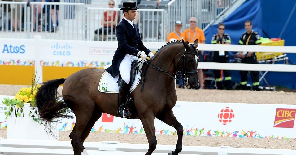 Leandro Aparecido da Silva e seu cavalo Di Caprio durante apresentação no hipismo, categoria adestramento individual
