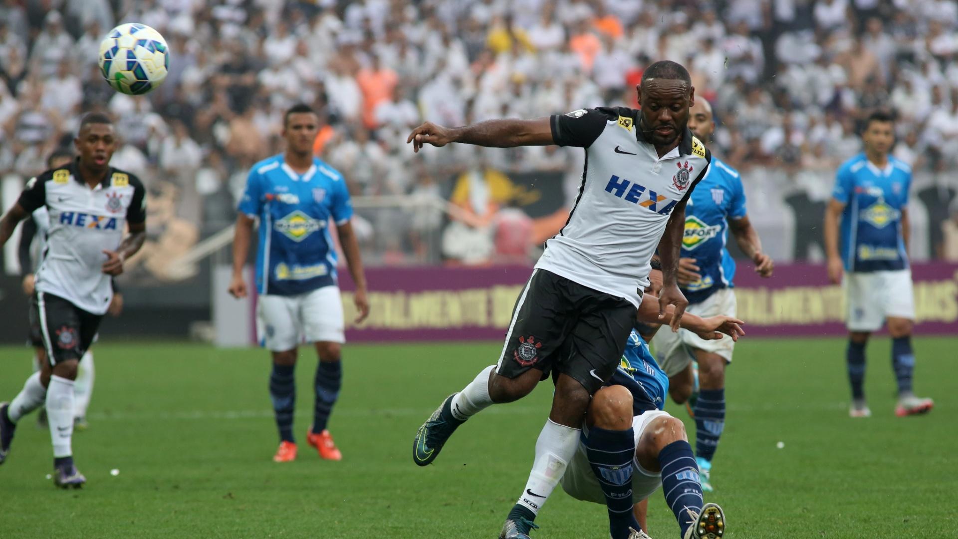 Vágner Love disputa bola com zagueiro do Avaí na Arena Corinthians. Atacante fez um gol