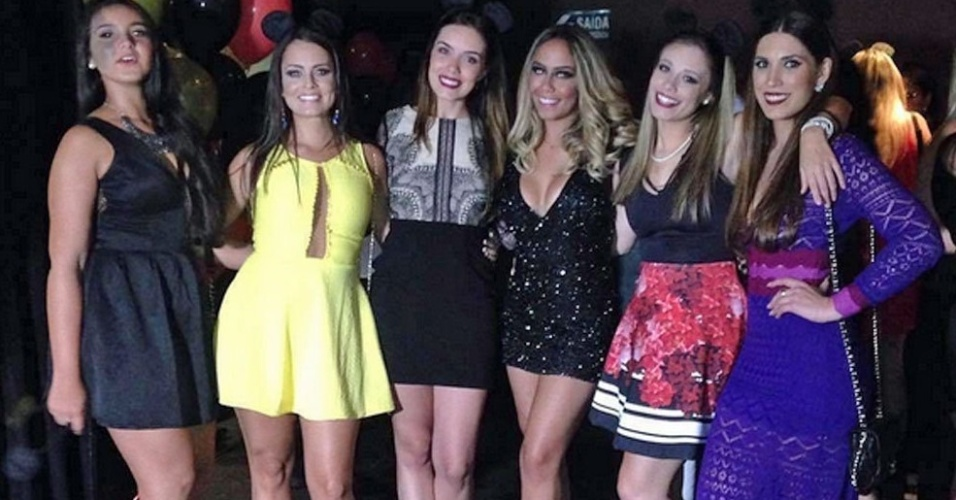 Rafaella, irmã de Neymar, posa ao lado de convidadas de sua festa de aniversário em São Paulo
