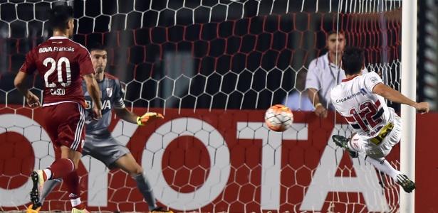 Calleri chuta e abre o placar para o São Paulo contra o River Plate, na Libertadores