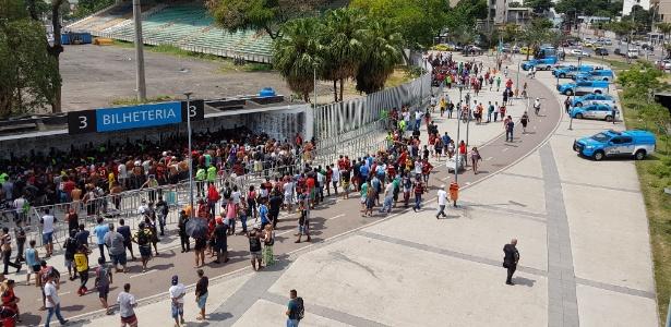 Torcedores formaram longas filas e esgotaram os ingressos para Fla x Corinthians