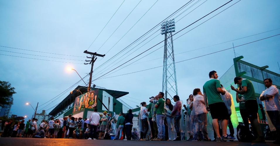Torcedores chegam cedo aos arredores da Arena Condá para receber os corpos das vítimas