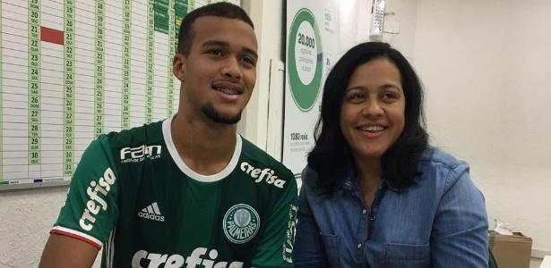 Gabriel Barbosa e a mãe Marlucia na assinatura do novo contrato de três anos