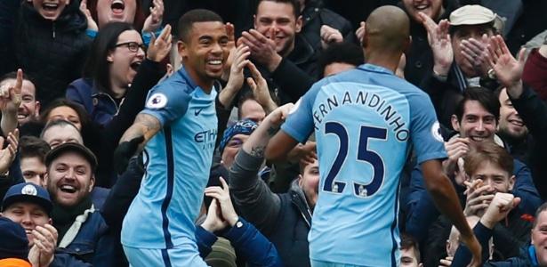 Fernandinho comemora com Gabriel Jesus após o atacante marcar pelo City