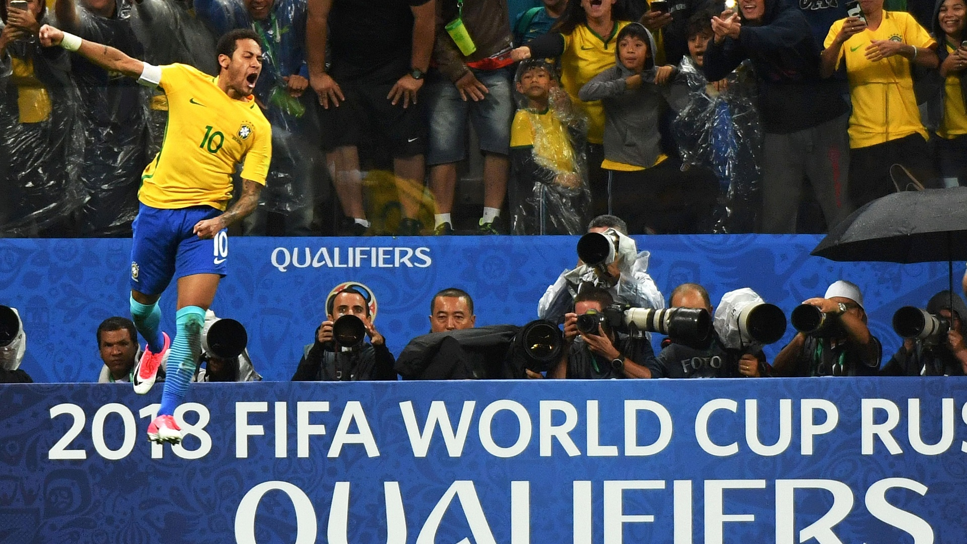 Neymar comemora um dos gols do Brasil contra os paraguaios