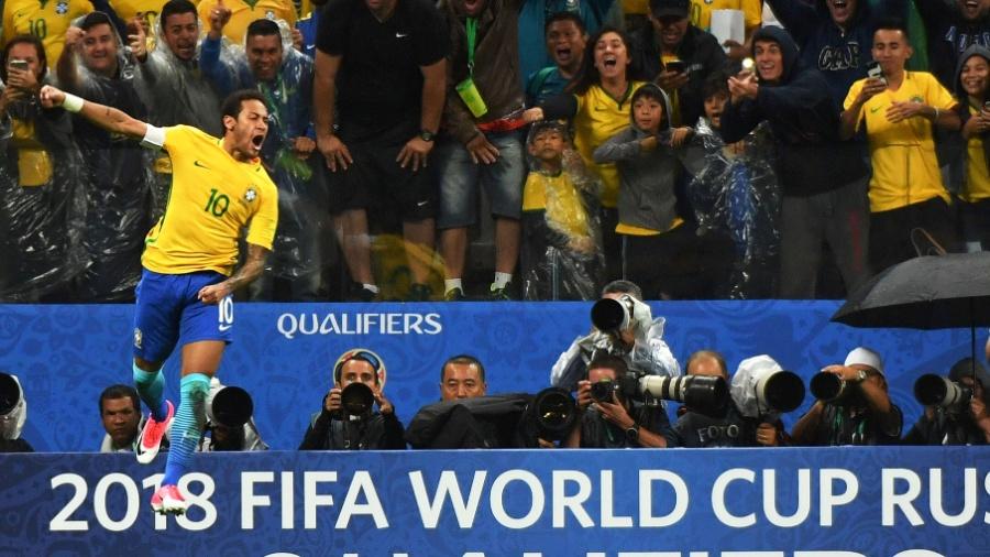 Neymar comemora um dos gols do Brasil contra os paraguaios - NELSON ALMEIDA/AFP