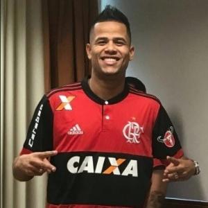 Geuvânio posa com a camisa do Flamengo