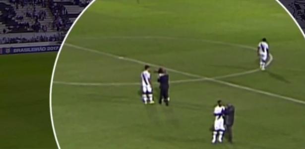 Zagueiro Rodrigo empurra técnico Milton Mendes após empate entre Vasco e Ponte