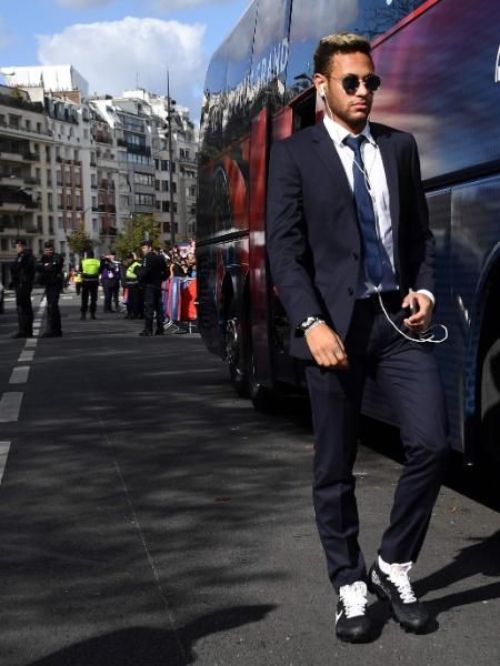 Neymar chega ao estádio Parque dos Princípes para a partida contra o Bordeaux pelo Campeonato Francês - AFP PHOTO / FRANCK FIFE