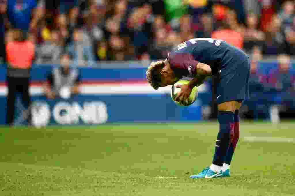 Neymar se prepara para cobrança de pênalti contra o Bordeaux - AFP