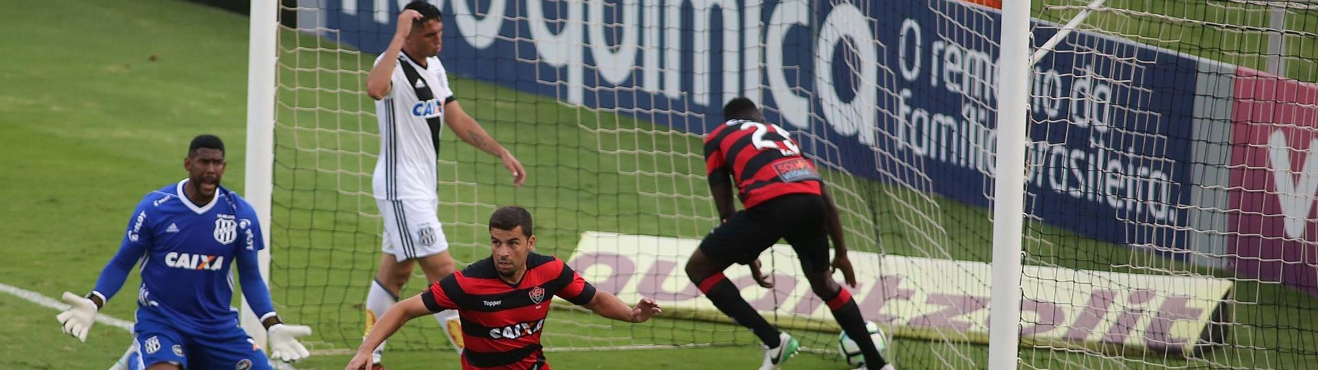 André Lima comemora gol do Vitória contra a Ponte Preta