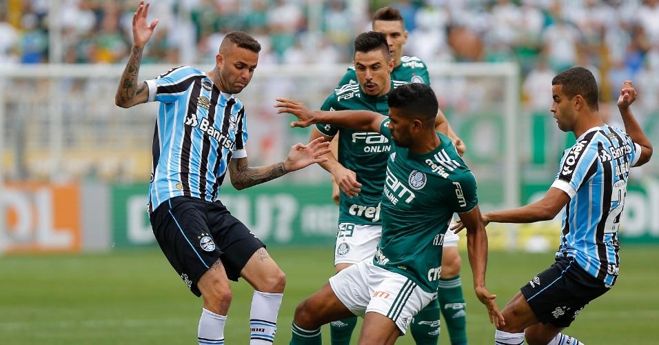 Luan, do Grêmio, disputa jogada com Thiago Santos, do Palmeiras