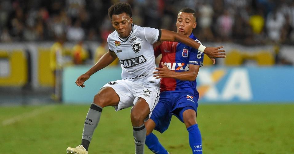 Moisés e Keslley, durante partida entre Botafogo e Paraná