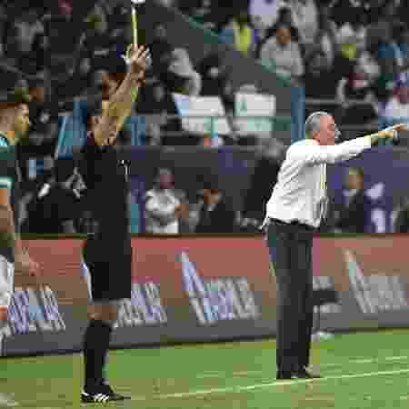 Tite orienta a seleção brasileira durante derrota para a Argentina em Riad - Fayez Nureldine / AFP