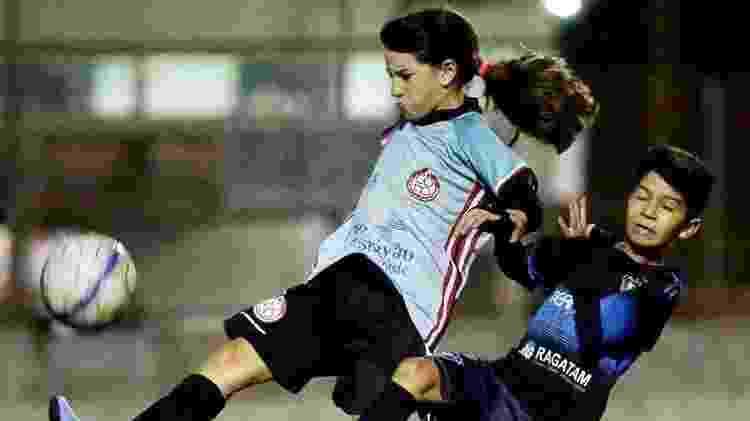 Julia disputando bola em campo pelo Centro Olímpico - Arquivo pessoal - Arquivo pessoal