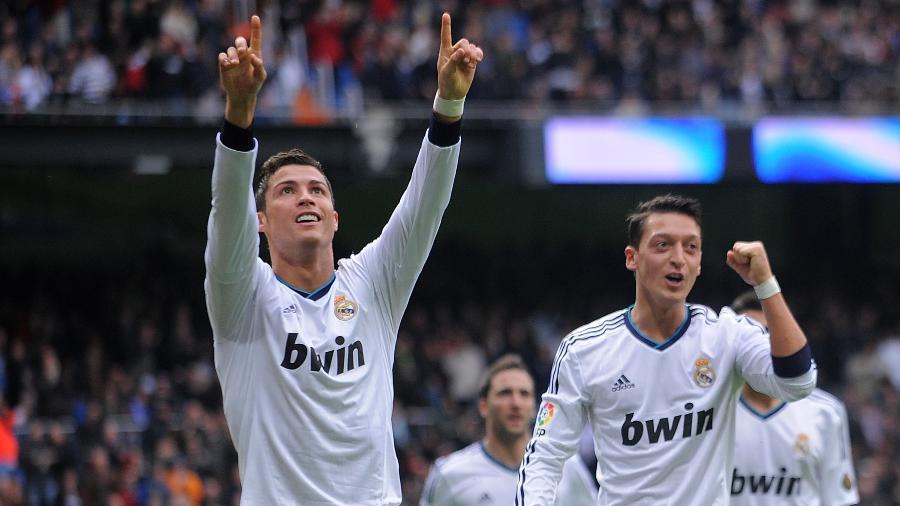 Cristiano Ronaldo (Esq) comemora com Mesut Ozil em jogo do Campeonato Espanhol de 2013 - Denis Doyle/Getty Images