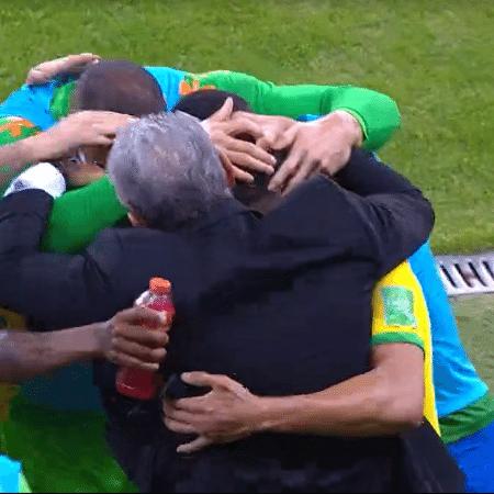 Elenco da seleção brasileira abraça Tite após o primeiro gol contra o Equador - Reprodução
