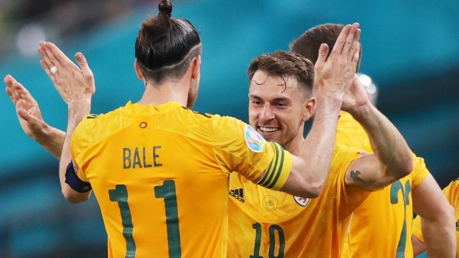 Gareth Bale e Aaron Ramsey comemoram gol marcado na vitória sobre a Turquia - Naomi Baker/Getty Images