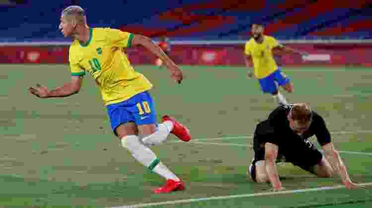Richarlison sai para comemorar enquanto o zagueiro Pieper fica caído em um dos gols do Brasil contra a Alemanha - Phil Noble/Reuters - Phil Noble/Reuters