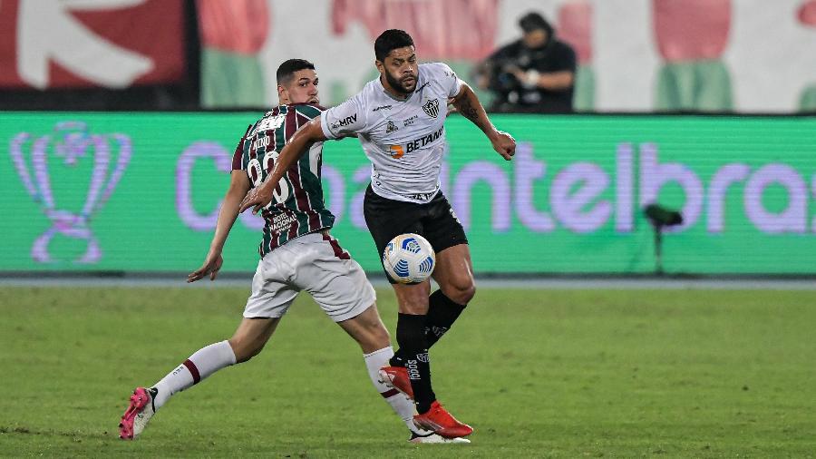 Hulk e Nino disputam lance em Fluminense x Atlético-MG pela Copa do Brasil - Thiago Ribeiro/AGIF