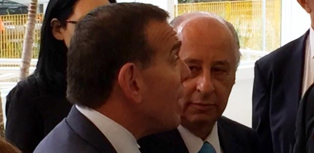 25.nov.2015 Marco Polo Del Nero recebe o presidente da Conmebol, Juan Angel Napout (e), na sede da CBF