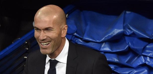 Hoje técnico e ídolo do Real Madrid, Zidane quase foi parar no rival Barcelona - GERARD JULIEN/AFP