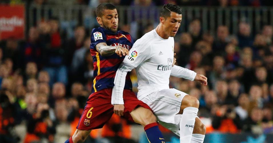 Cristiano Ronaldo sofre com a marcação pesada de Daniel Alves no clássico entre Barcelona e Real Madrid