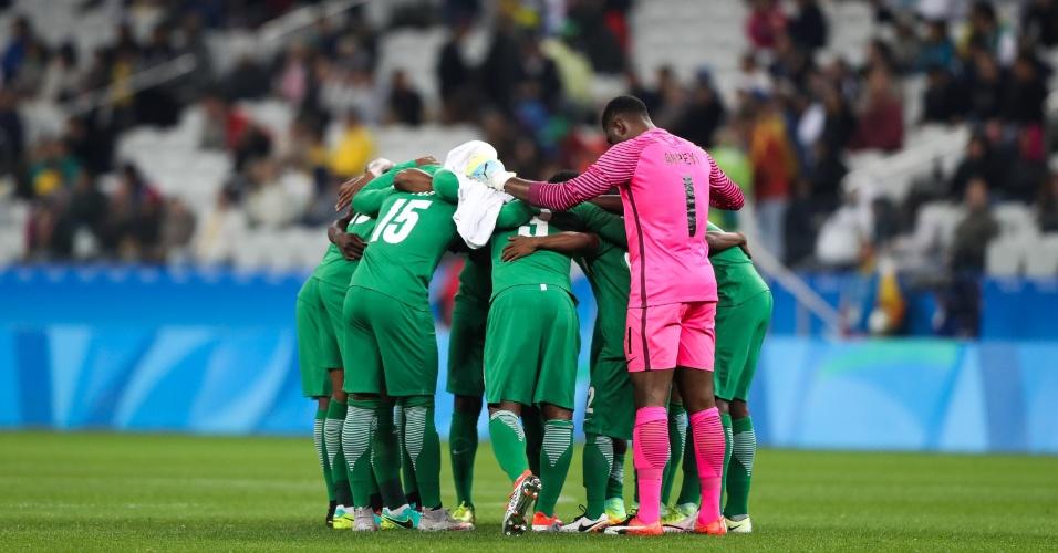 Nigerianos preparados para início da partida contra a Colômbia na Arena Corinthians