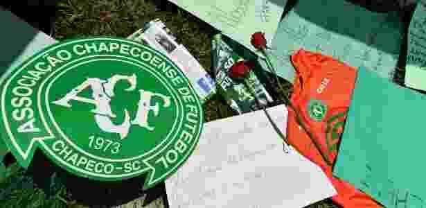 Torcedores da Chapecoense prestam homenagens depois do acidente - NELSON ALMEIDA/AFP