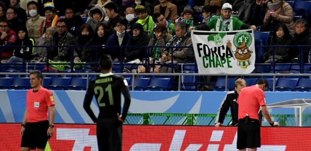 Torcida no Japão com a bandeira da Chapecoense  - Toshifumi Kitamura/AFP